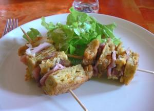 Brochette de tortilla de patatas au jambon cru presentation
