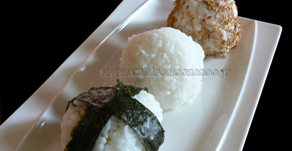 Onigiri, boulettes de saumon et brocolis