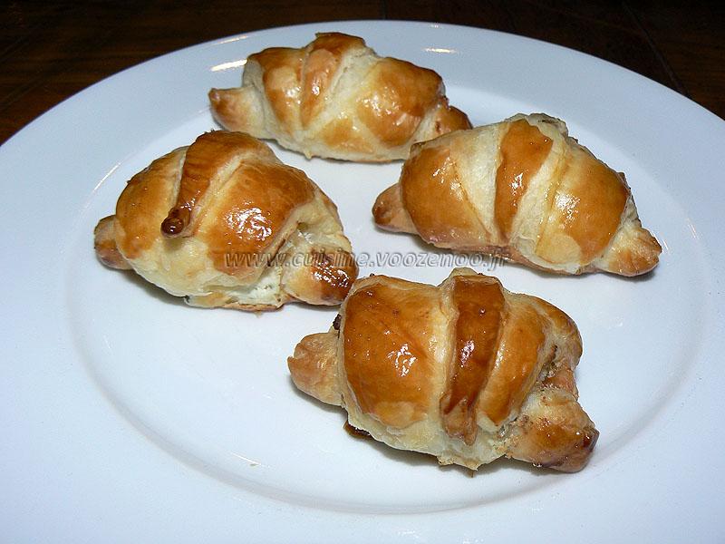 Mini croissants au saumon fum et fromage frais une - Prix du saumon ...