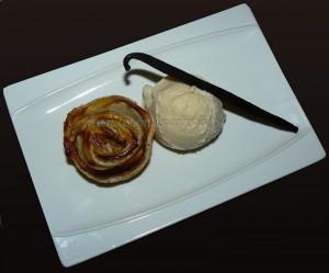 Glace à la vanille et rosaces aux pommes, cannelle