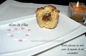 Petits gateaux au miel, coeur de pignons de pin caramelisés presentation
