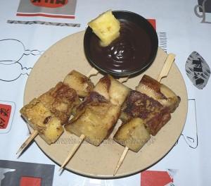 Brochettes de brioche perdue, fruits et sauce au chocolat fin