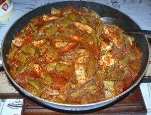 Haricots plats, sauce provençale et bâtons de porc fin