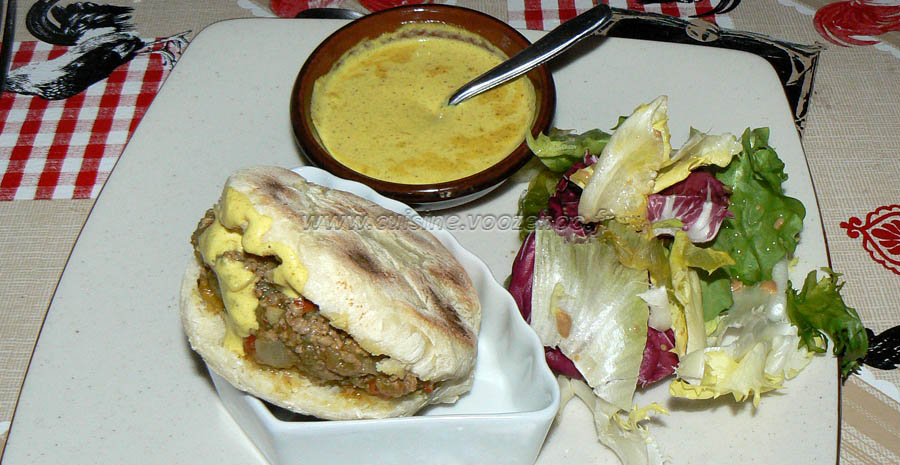 Batbouts farcis a la viande et aux legumes, sauce epicee slider