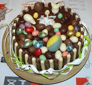 Gâteau au chocolat, finger et fruits rouges pour paques presentation