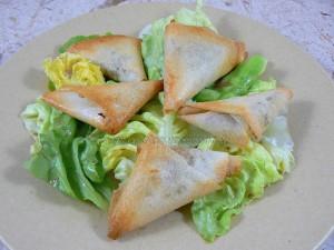 Samoussas aux epices, herbes fraiches et viande hachee presentation