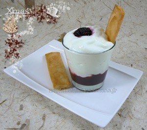 Mousse fromage blanc, coulis de fruits rouges maison, croustillant au miel presentation