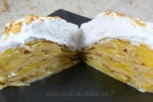 Gâteau de crêpes aux pommes, caramel beurre salé et meringue italienne slider