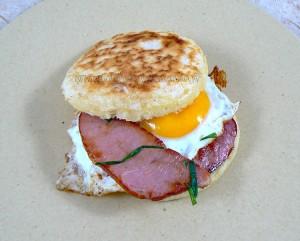 Crumpets bacon et oeuf au plat fin