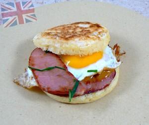 Crumpets bacon et oeuf au plat presentation