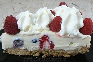 Cheesecake au chocolat blanc, framboises et myrtilles slider