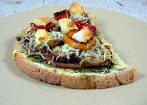 Bruschetta au pesto de courge, bacon, courgettes et chevre presentation