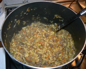 Pâtes comme un risotto aux légumes et viande fin