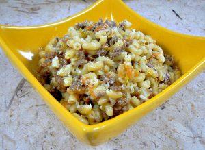Pâtes comme un risotto aux légumes et viande presentation