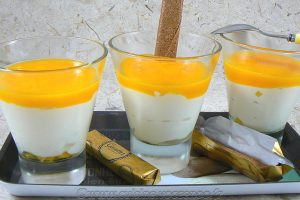 Mousse de petits suisses au coulis de mangue presentation