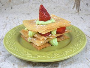 Millefeuille croustillant aux fraises, crème à la menthe presentation