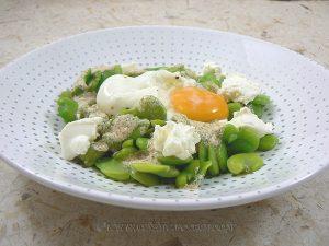 Salade de fèves au fromage frais, œuf poché presentation