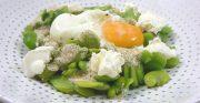Salade de fèves au fromage frais, œuf poché