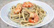 Spaghettis aux crevettes, sauce aubergines et pignons