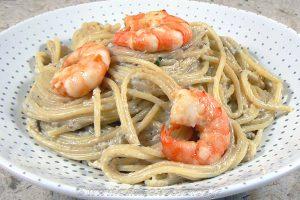 Spaghettis aux crevettes, sauce aubergines et pignons slider
