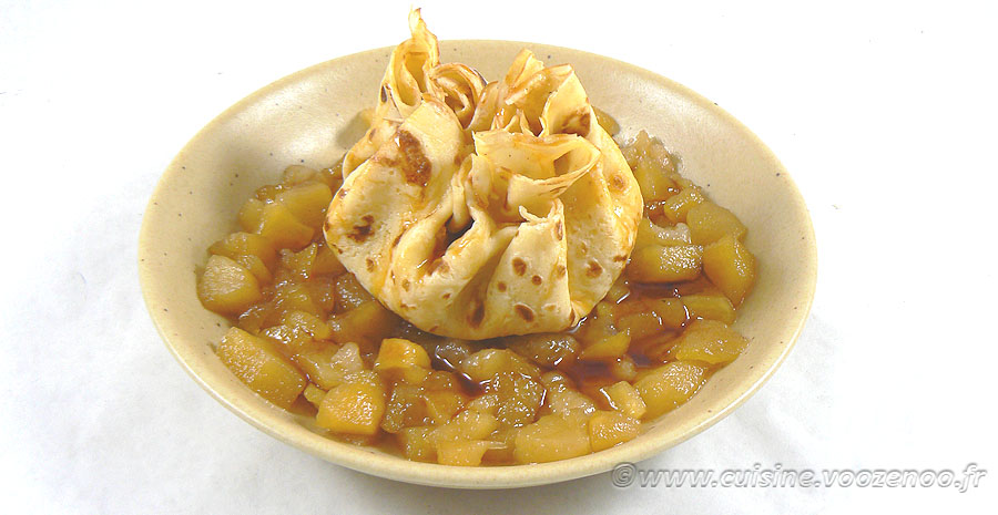 Aumônière de crêpe farcie de semoule au lait sur compotée de fruits slider