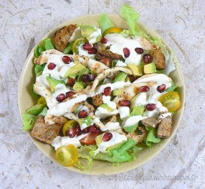 Blancs de poulet marinés en salade presentation