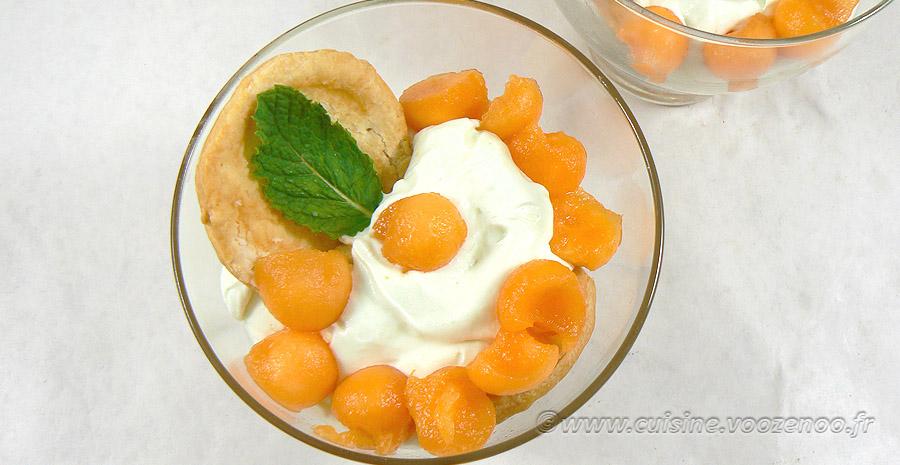 Ganache chocolat blanc-menthe, billes de melon et feuilleté en verrine slider